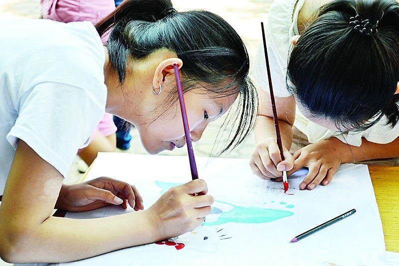 儿童 自闭症/近日,太原师范学院美术学院举办了第二届创意手绘T恤公益大赛,...